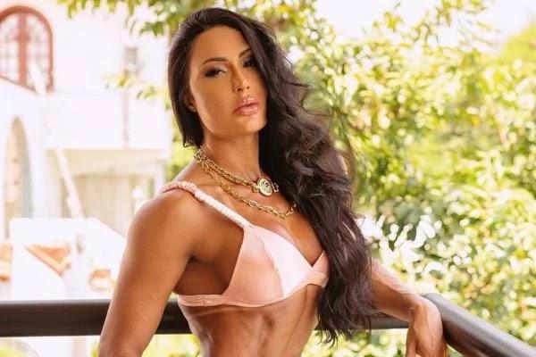 Gracyanne Barbosa posa completamente nua e detalhe íntimo chama a atenção