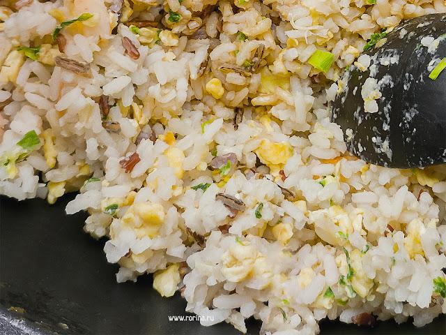 Жареный рис с яйцом и зеленым луком на сковороде: фото
