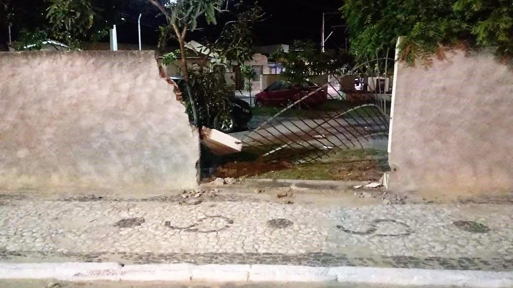 Carro derruba parte do muro e grades do Fórum de Jaguarari
