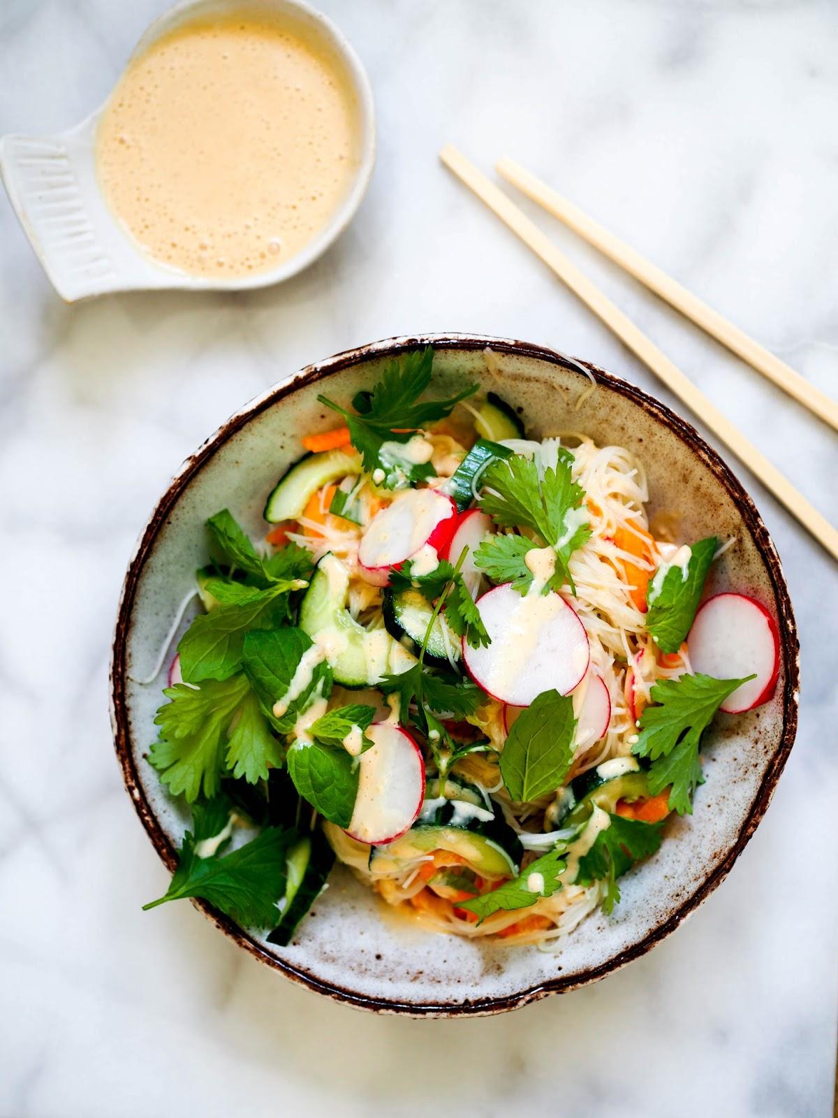 aasialainen nuudelisalaatti, aasialainen salaatti, thaimaalainen salaatti, maapähkinädippi, sataykastike