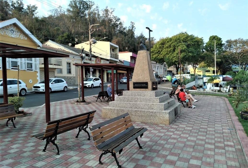 pequena praça dom bancos de madeira e busco de concreto no meio