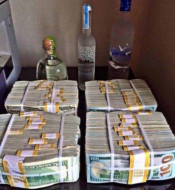 'Thiếu gia' nổi tiếng xứ Cà Mau khoe hàng xấp tiền USD trên mạng bị bắt