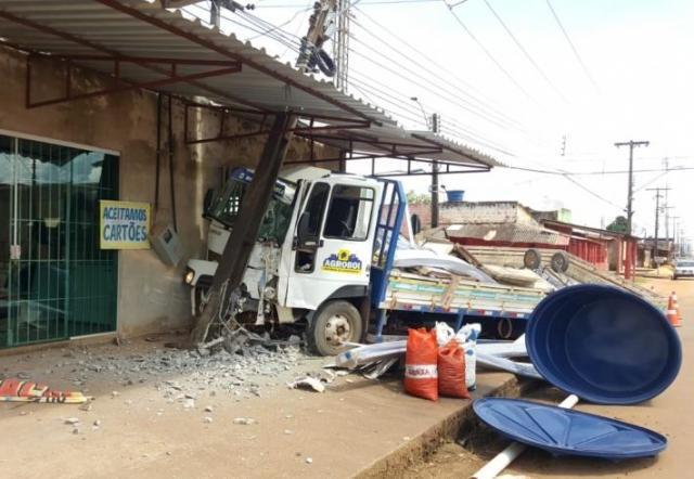 Caminhão invade comércio após ser atingido por caminhonete