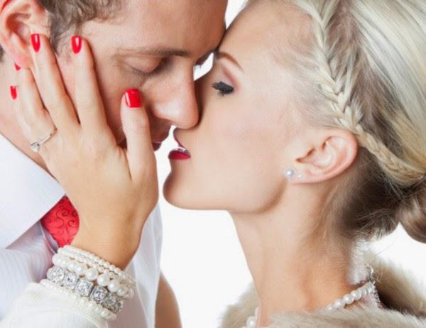 La enfermedad del beso (o mononucleosis infecciosa) es una enfermedad viral infecciosa causada por el virus de Epstein-Barr, un tipo de virus herpes que se transmite principalmente por la saliva, a través de los besos, fundamentalmente, pero también compartiendo bebidas o alimentos. Lo cierto es que se trata de una enfermedad leve, que incluso puede pasarnos desapercibida. Sus síntomas más comunes son debilidad y cansancio, pero también puede haber fatiga, fiebre, garganta inflamada, hinchazón del hígado o incluso erupciones. La forma de detectarla es mediante un simple análisis de sangre. Actualmente no existe cura para ella. Una vez que la