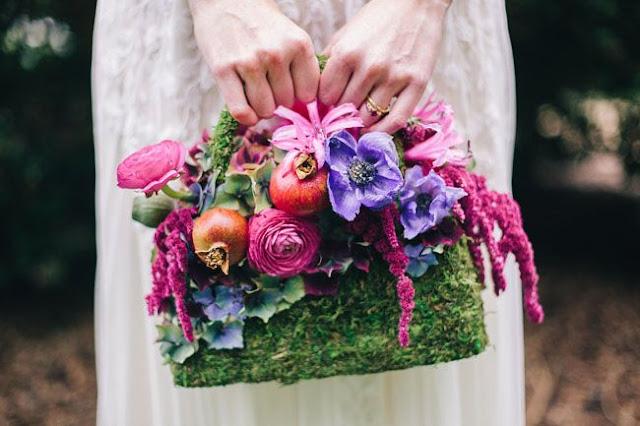 Bolso con flores típicas de la temporada en la que te cases - Foto: www.chicvintagebrides.com