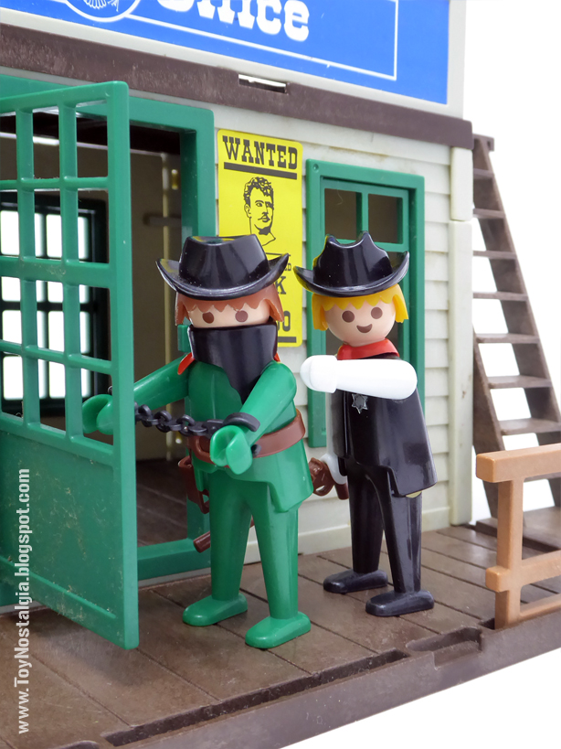 sheriff jail Playmobil 3423 and green bandit cowboy Playmobil 3241