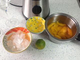 Preparación cóctel en batidora