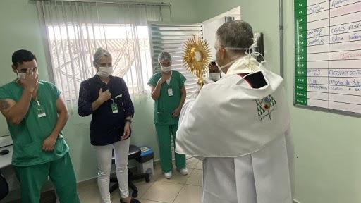 Site do Vaticano fala sobre  a visita do Bispo de Registro que leva o Santíssimo ao hospital da cidade