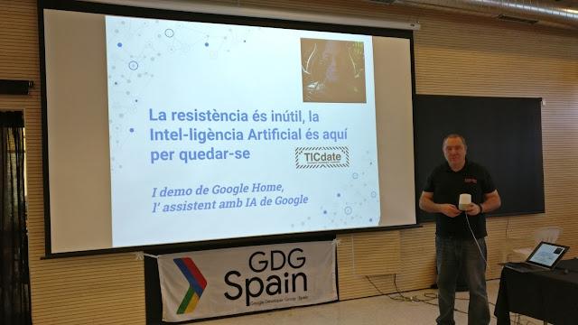 Presentando el Google Home en una charla en el TICDATE de Navàs