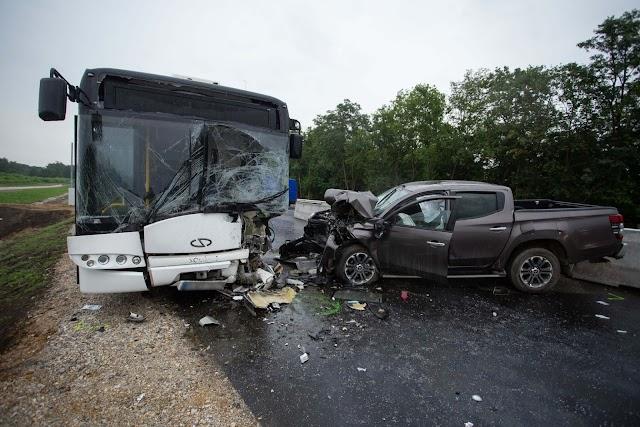 Busszal ütközött egy autó Debrecennél: öten megsérültek
