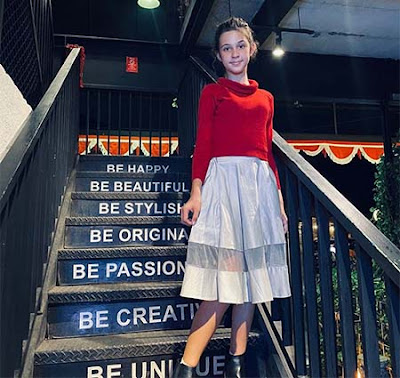 Gabriella Quinlyn Pakai Baju Merah