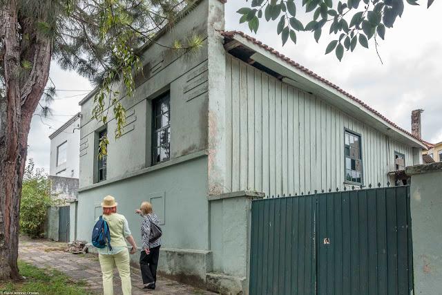 Casa de madeira com fachada em alvenaria