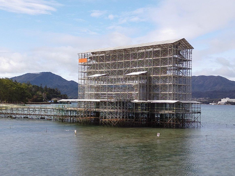 修復作業中の宮島の大鳥居。サイボーグ感があります。