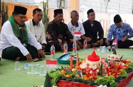 Usai Upacara Kemerdekaan, Plt. Kepala Desa Srimukti Ziarahi  Makam Alm. Bapak H. Nausan