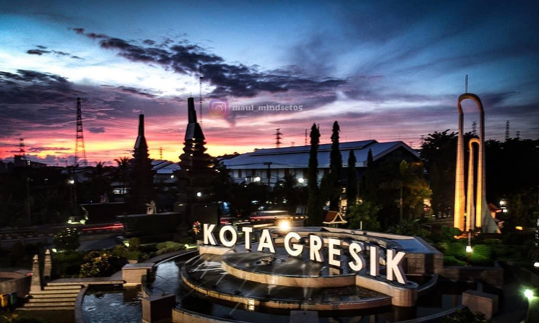 Kota Gresik adalah Pusat Perindustrian di Jawa Timur, namun dengan padatnya arus logistik barang. Gresik masih punya tempat wisata yang nyaman dikunjungi, salah satunya adalahDesa Wisata Sambipondok