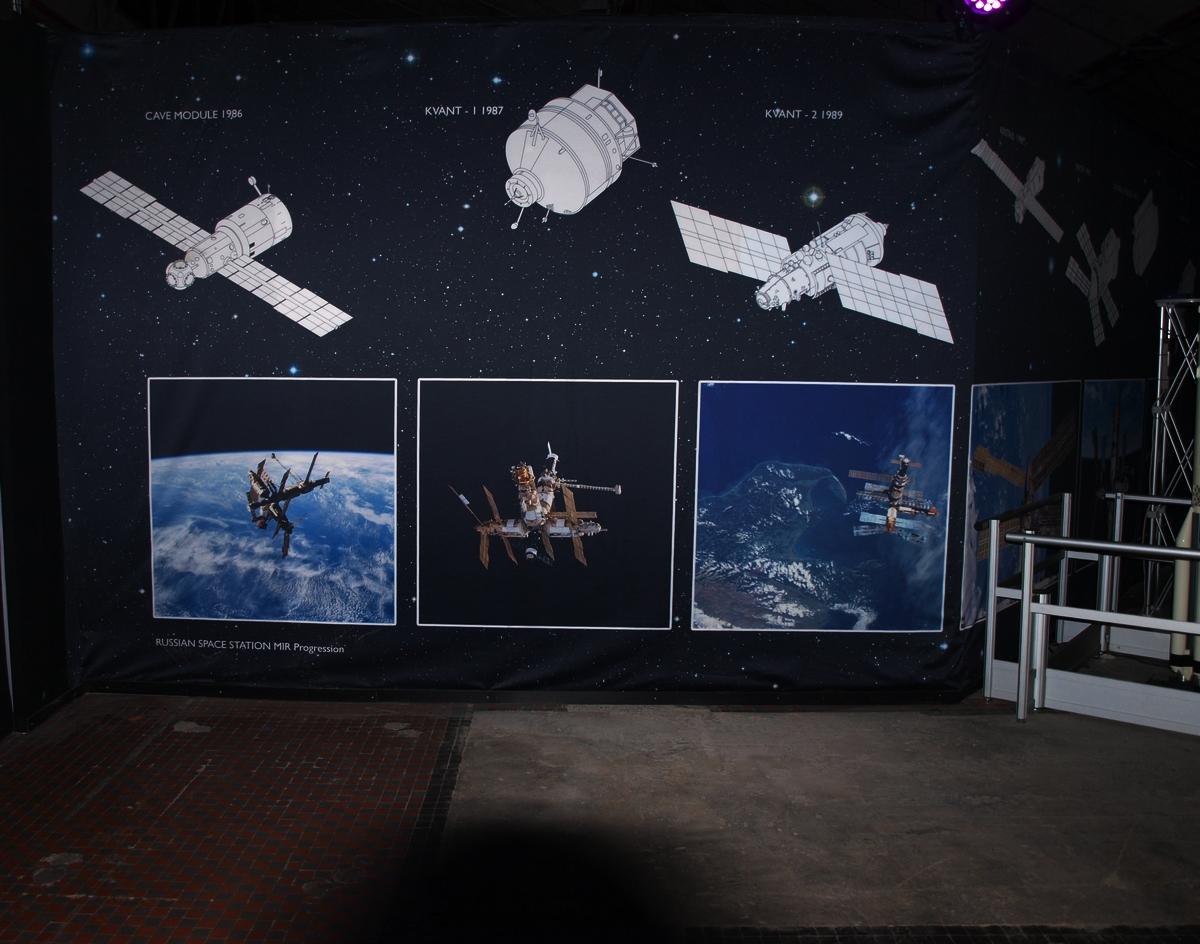 Widowiskowe foto-tapety i schematy możemy oglądać niemal do samego końca wystawy | Fot: polskiastrobloger.pl