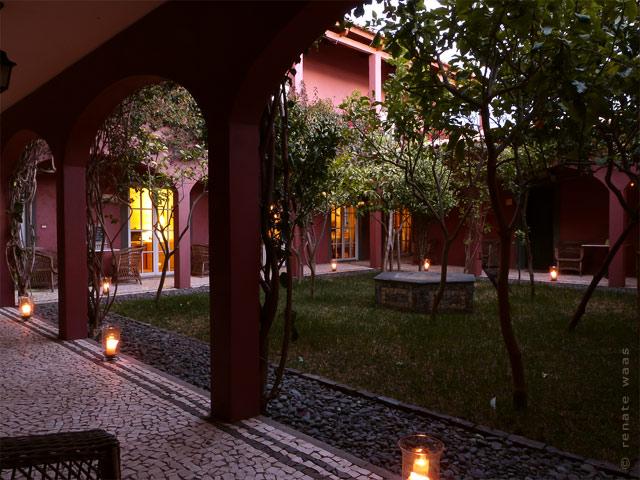 Hotel Atrio - der Innenhof ist am Abend romantisch beleuchtet