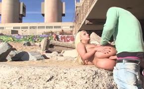 Sexo na praia com loira gostosa dando pro namorado na frente de todos