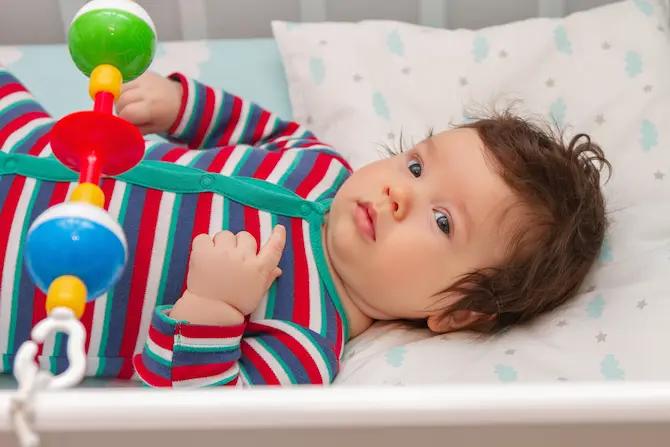 أهم ملامح تطورات الطفل في الشهر الخامس من عمره
