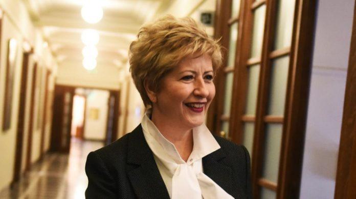 Υφυπουργός Άμυνας : Μαρία Κόλλια Τσαρουχά.. που δεν έχει πάει στρατό