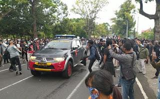 Bubarkan Massa, Mobil Polisi Nyaris Tabrak Para Pendemo Omnibus Law di Bali