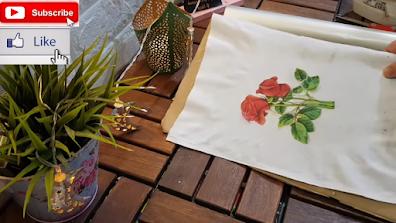 وردة حمراء مطبوعة على تيشرت أبيض