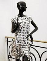 Vestido metálico diseñado por Paco Rabanne en ropa y moda