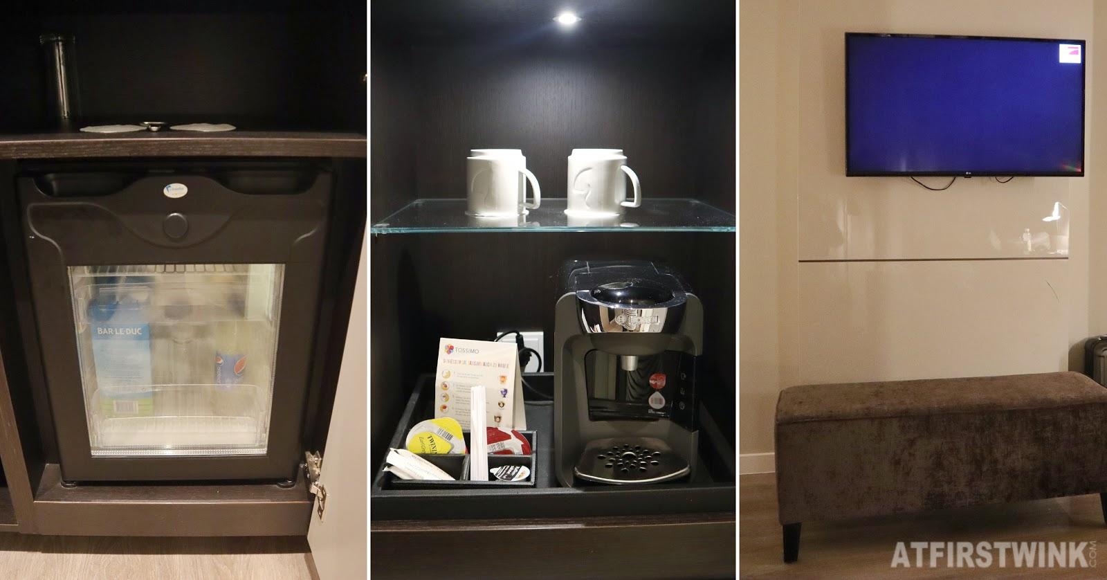 Hotel nikko dusseldorf mini fridge coffee machine TV bench