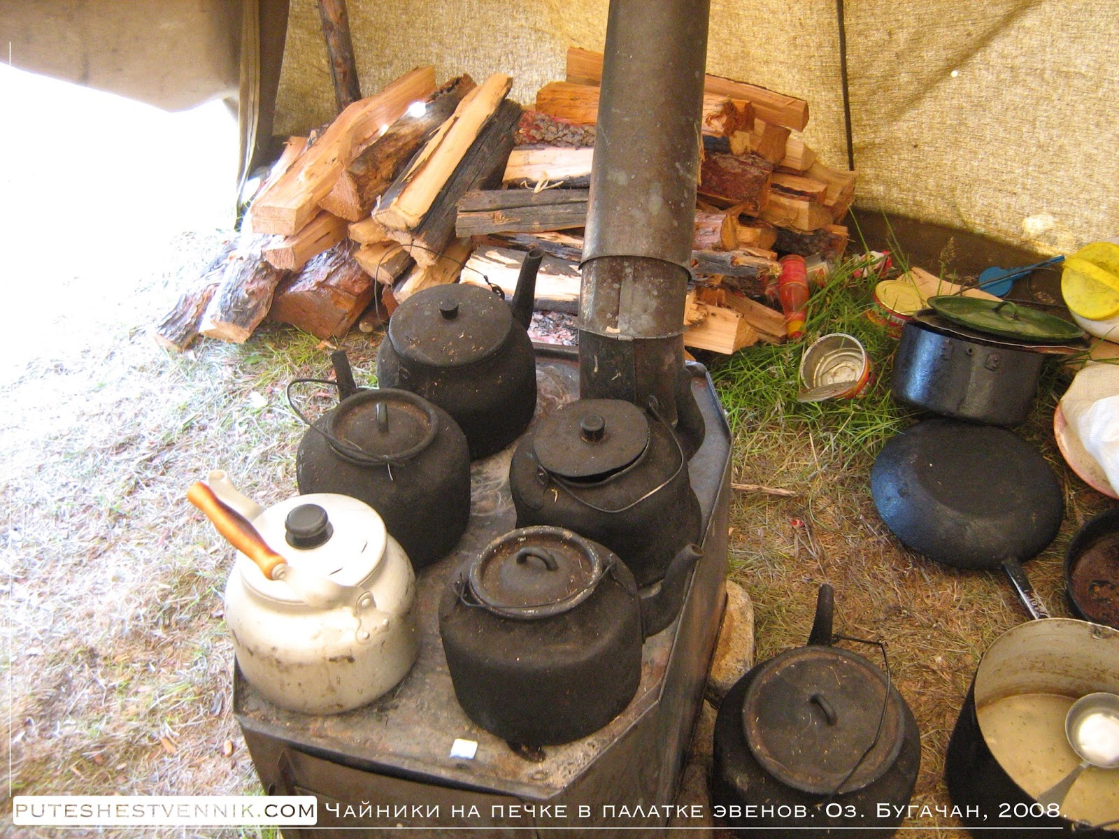Чайники на печи в палатке эвенов