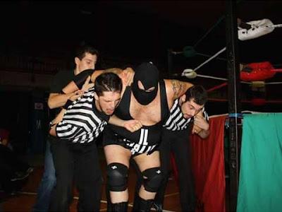 La difficoltà di trascinare nel backstage un lottatore mastodontico