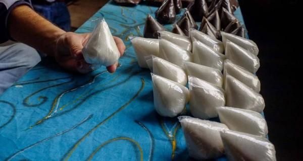"""Buhoneros ahora venden comida en """"teticas"""" de plástico"""