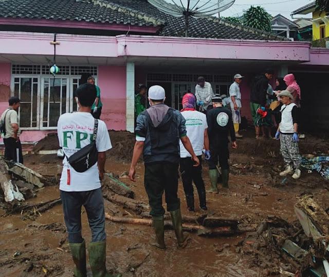 Relawan FPI Bantu Korban Banjir Bandang di Cicurug Sukabumi