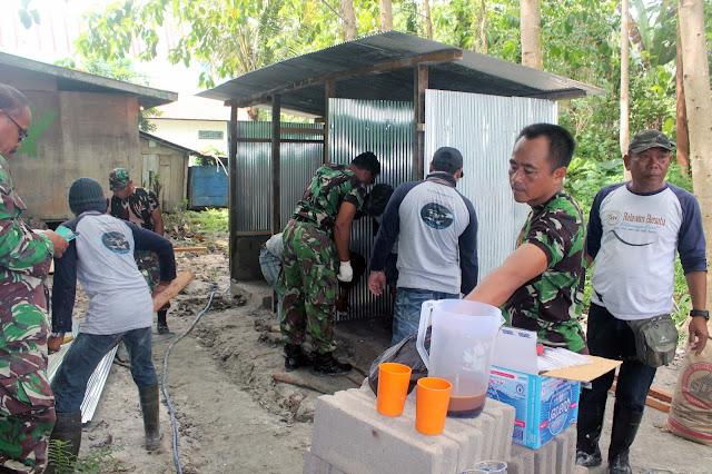 Relawan Bersatu Kotawaringin Barat Bersama Koramil Kota 01 Bangun MCK Untuk Korban Kebakaran