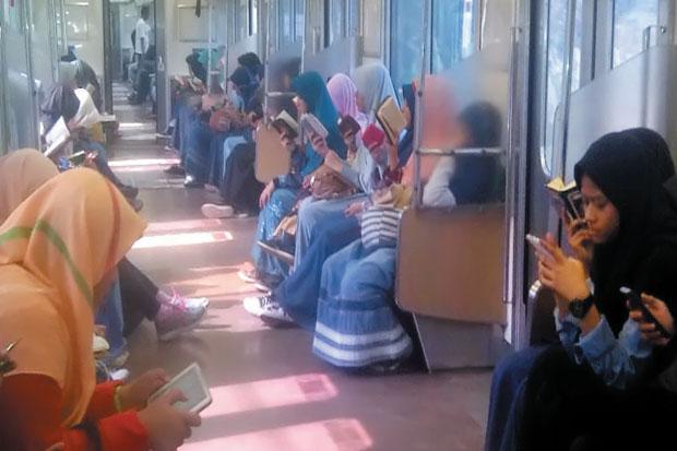 Satu Gerbong Kereta Api Rute Ini Ramai Dengan Suara Al Qur'an