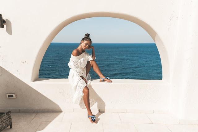 Koronkowa sukienka midi oraz niebieskie sandałki / SANTORINI LOOK - Czytaj więcej