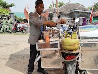 VIRAL! Penjual Cilok Keliling dengan Dandanan Necis ala Pejabat