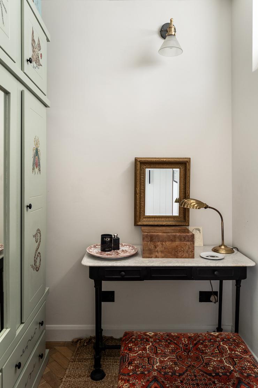 Dormitorio con armario restaurado de estilo vintage