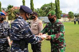 Avianto Rooswirawan Pimpin Upacara Penyerahan Piagam Penghargaan ke 37 Prajurit TNI-Polri Merauke