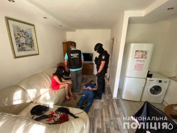 Заманювали, а потім шантажували інтимним відео: поліцейські викрили групу зловмисників