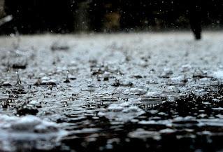 Puisi Sedih, Hujan Pertama Bulan November / narasiinspirasi.com
