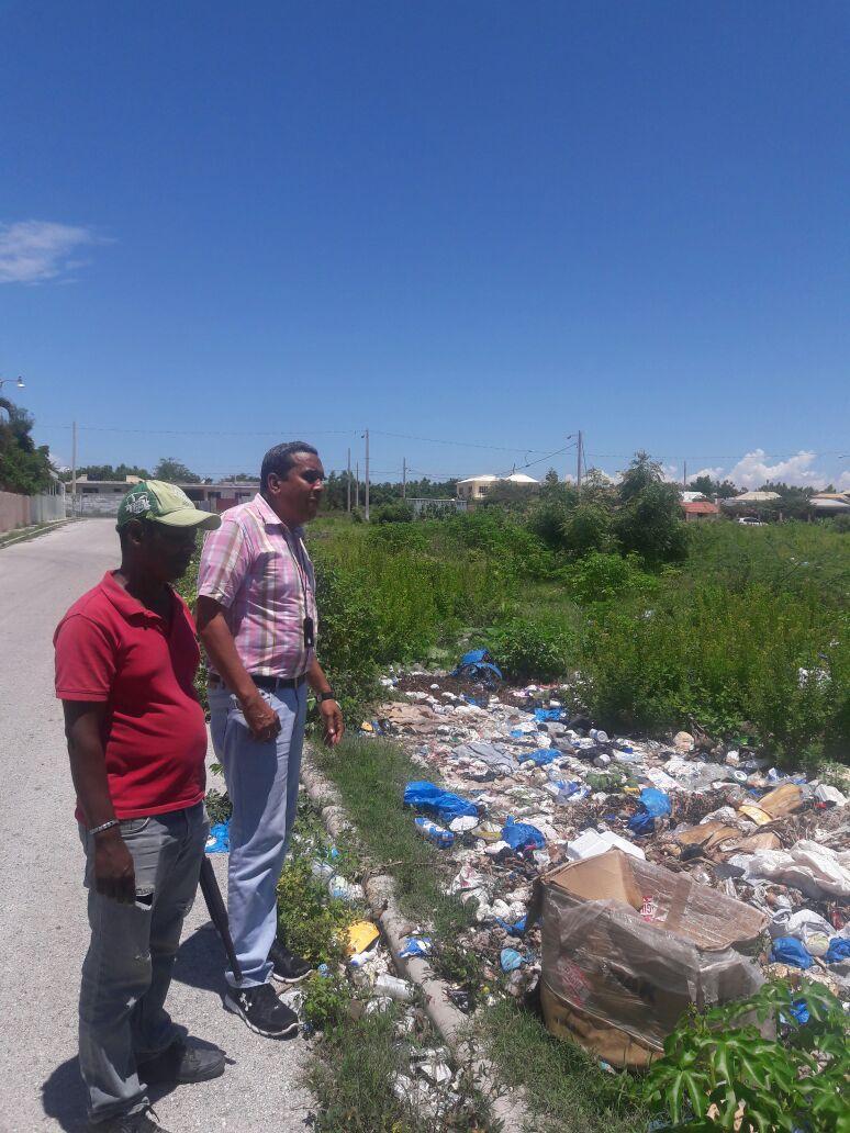 """Director de Medio Ambiente en Barahona inspecciona sector """"El Naco"""" tras denuncia de Contaminación Ambiental"""