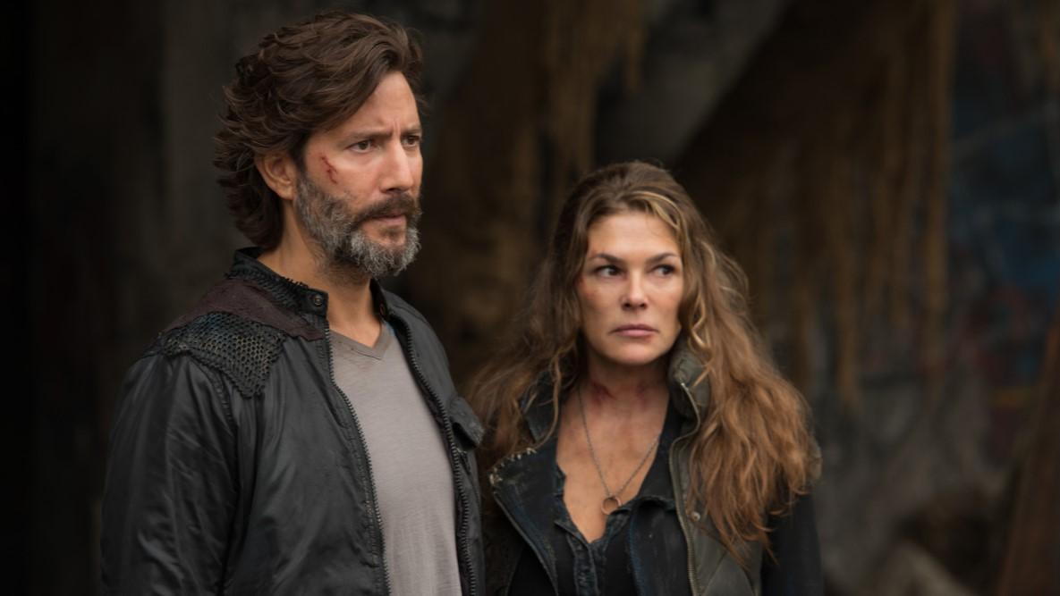 Kane y Abby, interpretados por Henry Ian Cusick y Paige turco, preocupados en la cuarta temporada de 'The 100'
