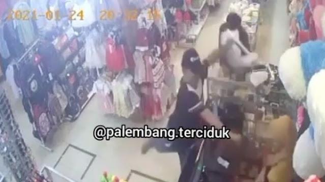 Viral Pembeli Ancam Penjual dengan Parang, Warganet Naik Pitam