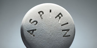 العلاج بالأسبيرين يوميًا: التعرف على المنافع والمخاطر