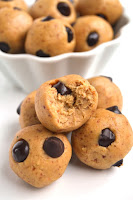 Cookie Dough Lactation Bites take just 5 minutes to make and are the perfect healthy snack for the nursing mom featuring oats, flax and a secret protein and fiber packed ingredient! www.nutritionistreviews.com