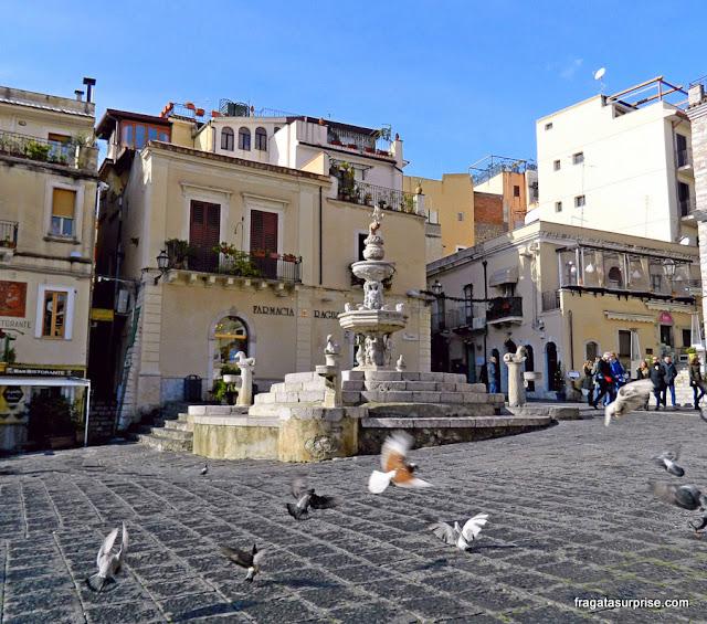 Taormina, Sicília, fonte barroca na Praça da Catedral