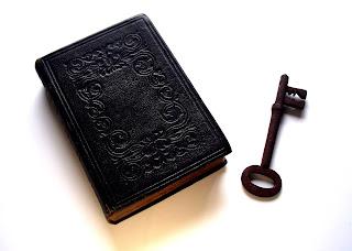 libro y llave, curso de tarot