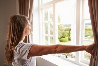 aprire-le-finestre-per-eliminare-odore-di-chiuso-in-casa