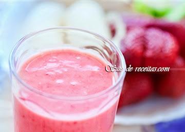 Suco de morango com sorvete e biomassa de banana verde