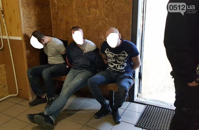 У Миколаєві троє чоловіків напали на поліцейського, який зупинив їхнє авто